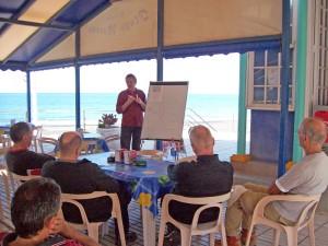 """Einweisung im """"Playa Morena"""": Infos von Wetterfrosch Roger. Foto: La Palma 24"""