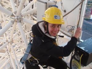 MAGIC-Wissenschaftler sind schwindelfrei: Dijana klettert schon mal selbst hinauf ins Teleskop. Foto: MAGIC