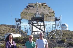 Sicherheit..... Javier mit Dijana und Till vorm MAGIC 2-Teleskop. Foto: La Palma 24
