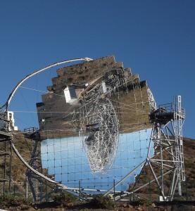 MAGIC 1 spiegelt sich im MAGIC 2 - und mehr als das: die beiden Teleskope arbeiten eng zusammen. Foto: La Palma 24