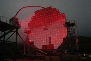 """MAGIC 2 bei der Nachtarbeit: fängt """"blaue Blitze"""" ein, leuchtet aber rot. Foto: R. Wagner"""