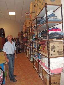 Regale mit Lebensmittelspenden: Juanelo freut sich über jede Gabe für seine Schützlinge, die immer zahlreicher werden. Foto: La Palma 24