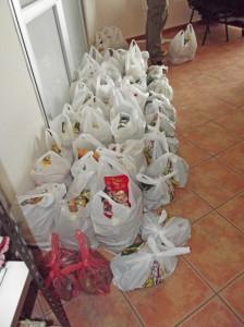 Abholbereit bei der Caritas in Los Llanos: Tüten mit Lebensmitteln. Die gibt es aber nur einmal pro Woche. Foto: La Palma 24