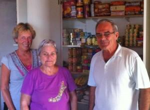 Annette schaut vor Ort, was mit dem Geld von SOS La Palma geschieht: vertrauensvolles Verhältnis mit Carmen und Manolo Duque von dre Caritas Santa Cruz.