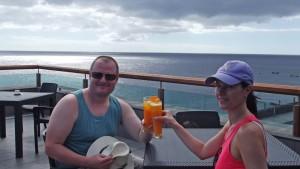 """Angela und Janosh gefällt es auf der oberen Terrasse: """"Der Salzgarten ist ein wunderschöner Platz"""". Foto: La Palma 24"""