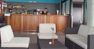 Die Lounge mit Bar im ersten Stock: hier und auf der oberen Terrasse gibt es Getränke und Tapas. Foto: La Palma 24
