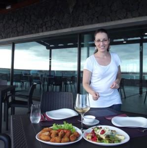 """Schlichte Eleganz, freundlicher Service und leckere Sachen: Yelimar serviert Thunfisch-Kroketten und Salat """"Jardin de la Sal"""". Foto: La Palma 24"""