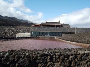 Integration ins Naturschutzgebiet: Mit seiner Steinfassade fügt sich der Salzgarten harmonisch in die Landschaft ein. Foto: La Palma 24