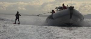Überfahrt nach Alicante: Das Team auf dem Boot reicht Ricardo mit einer Stange Bananen und Wasser. Foto: Organisation