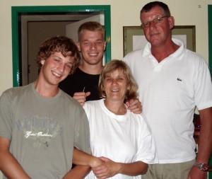 Caty mit Ehemann Roland und den Söhnen Robert und Tobias: bleiben die Kids auf der Insel?