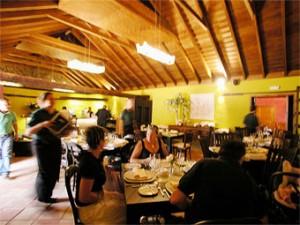Rincón de Moraga: gut essen und trinken im schön renovierten Hauptraum. Foto: Restaurant