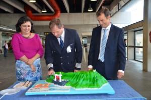 Begrüßungstorte für den FTI-Stuttgart-Flieger: Inselpräsidentin Guadalupe González Tano im Glück. Foto: Cabildo de La Palma