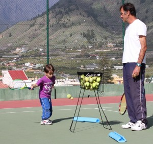 Früh übt sich: Jean Marc trainiert vom Anfänger über Fortgeschrittene bis zum Profi alle, die Spaß am Tennis haben. Foto: La Palma 24