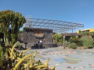 Plaza de la Glorieta in Las Manchas: gestaltet vom Inselkünstler Luis Morera und derzeit in der Diskussion, wegen der Sporthalle, die hinter dem Mosaik-Kunstwerk gebaut wird.