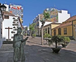 Museum in der Straße: Überall entdeckt man an den Gebäuden in Los Llanos Werke kanarischer Künstler im Großformat.