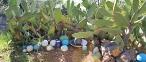Akes Garten in La Punta: überall leuchten ihre Werke aus dem Grün.