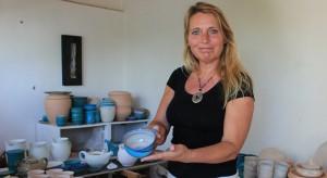 Alke in ihrer Glasur-Werkstatt: