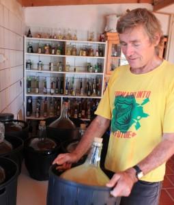 Manni schüttelt die Likör-Ansätze: Das Kaltmazerationsverfahren sorgt dafür, dass sich das Aroma der Früchte langsam voll entwickeln kann. Foto: La Palma 24