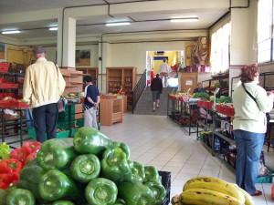Jeden Samstag und Sonntag öffnet die Markthalle in Mazo: im vorderen Bereich gibt es Leckeres - im hinteren Bereich präsentieren Kunsthandwerker ihre Schätze. Foto: La Palma 24