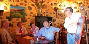 Jede Woche neue Tapa-Kreationen auf der Schiefertafel: Michael erklärt den Gästen seine kulinarischen Ideen. Foto: La Palma 24
