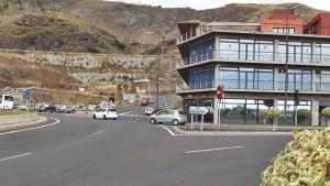 Tráfico in Santa Cruz: Die Straßenverkehrsbehörde der Kanareninsel La Palma liegt direkt am Kreisverkehr beim Tunnel am südlichen Stadteingang. Foto: La Palma 24
