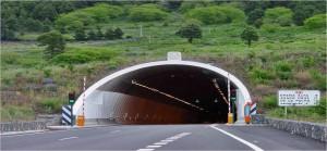Beim neuen Tunnel ist die LP-3 in Ordnung: Danach bis runter zum Krankenhaus ist Der schlagloch-übersäte Bereich der LP-3 zwischen Krankenhaus und neuem Tunnel wird neu asphaltiert