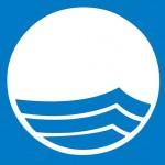 Das Wellensymbol auf der Blauen Flagge: steht für gutes und sicher Baden im Meer.