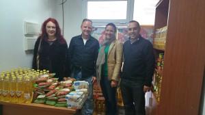 Lebensmittel für Los Llanos: Christina und Jesper von SOS La Palma mit Amparo und Luis Camacho, Sozialräte in Los Llanos.