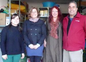 SOS-La Palma-Spende für Puntagorda: Christina Rodríguez mit Carlos Sanfiél Rodríguez vom Spar Puntagorda sowie Elía und Marisol vom Ayuntamiento Puntagorda.