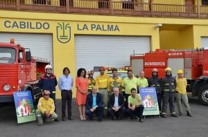 Nieves Rosa Arroyo: Die Umwelträtin von La Palma (Bildmitte im roten Kleid) und Vertreter der Brandbekämpfungstruppen auf La Palma. Foto: Cabildo