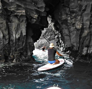 Stand Up Paddling an der Küste von La Palma: Wer´s noch nicht im Stehen packt, kniet auf dem Board. Foto: CanaryGreenLaPalma