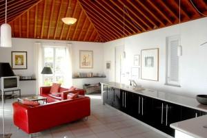 Villa Buena Vista: Rote Sofas, das kanarische Holzdach und Bilder setzen Akzente im minimalistischen Konzept.
