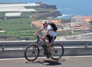 Die Straße von Puerto Naos hinauf nach Todoque: ein Horror für Otto-Normalradler, Miki mit dem E-Bike dagegen pedalierte locker-flockig nach oben.