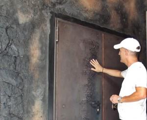 """Tomaso Hernández im Entrée des Besucherzentrums: Alles """"vullkanisch"""" gestaltet. Foto: La Palma 24"""