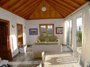 Landhaus Tijarafe-Wohn-Ess-Bereich: Durch die Terrassentüren strömen Licht und Wärme.