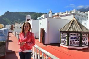 Viele Büros der Stadt sind dezentralisiert: hier Marta Poggio auf dem Dach des Festbüros von Santa Cruz in einem Haus in der Nähe der Plaza de España. Foto: La Palma 24
