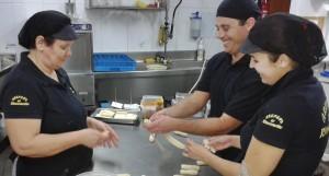 Original-Rezepte und Know-how: In der Küche des Rinconcito sind alle mit Spaß bei der Arbeit.