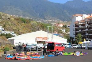 Das stieß in Los Llanos auf massiven Protest: Bei der Transvulcania 2014 wurde die Ferie de Corredores - die Läufermesse - und die Startnummernausgabe in einem Zelt in Los Cancajos abgehalten. Foto: La Palma 24