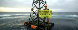 "Greenpeace-""Bohrturm"": wurde jetzt im Rahmen der Erdöl-Demos dort ins Wasser gelassen, wo Repsol probebohren will. Foto: Greenpeace Spanien"