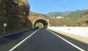 LP-1 zwischen Santa Cruz und Barranco Seco: in nur drei Wochen neuen Belag aufgebracht. Foto: Inselregierung