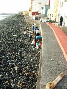 Strandputz-Aktion: Freiwillige sammeln Abfall an der Küste von Santa Cruz. Foto: Stadt