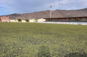Alter Kunstrasen im Stadion von Los Llanos: Gefahr für die Sportler? Foto: Stadt