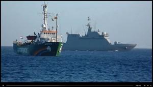 Die Arctic Sunrise läuft auf Lanzarote ein: im Hintergrund patroulliert ein Militärschiff. Foto: Save Canarias