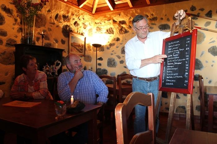 Michael erklärt seine Karte den Gästen immer persönlich: ob im gemütlichen Innenraum oder auf der aussichtsreichen Terrasse - mehr Infos. Foto: La Palma 24