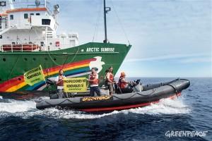 Zodiacs von Greenpeace: fuhren von der Arctic Sunrise zur Rowan Renaissance. Foto: Greenpeace