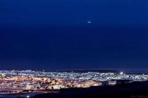 Am Horizont vor Lanzarote sichtbar: Das Repsol Bohrschiff Rowan Renaissance hat die Arbeit aufgenommen. Alle Hoffnungen der Erdöl-Gegner konzentrieren sich nun auf die EU-Kommission. Foto: Jazz Sandoval/Save Canarias
