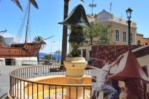 Morera-Zwerg auf der Plaza de Alameda in Santa Cruz de La Palma: Das kleine Bild rechts zeigt Luis beim Arbeiten an der Skulptur in seinem Studio. Fotos: La Palma 24/Luis