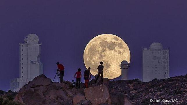 Supermond überm Teide: Foto von Daniel López unter den schönsten Bildern 2014 im The Wall Street Journal.