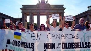 Anti-Erdöl-Demo in Berlin: Die Proteste gegen die vom spanischen Staat genehmigte Probebohrungen machten nicht auf den Kanaren halt - überall auf der Welt meldeten Freunde der Inseln ihre Bedenken an.