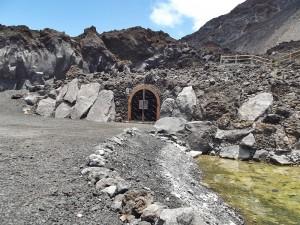 Eingang zur Heiligen Quelle: Nur eiin Tor weist auf das kleine Besucherzentrum hin. Foto: La Palma 24